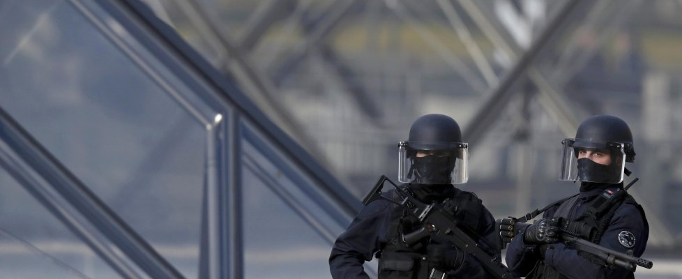 "Caos a Parigi: davanti al Louvre grida ""Allah è grande"" e aggredisce soldati"